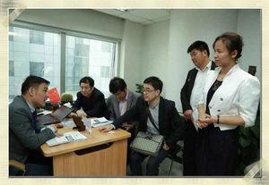 瞿总在为浙江代表团讲解金融类公司入驻上海相关优惠政策和办理事项